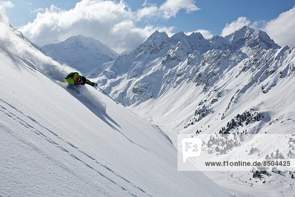 Mann abseits der Piste in Kuhtai  Tirol  Österreich