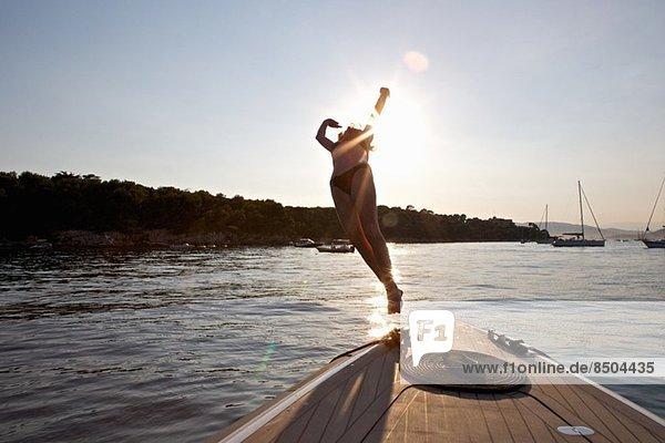 Frauen tauchen vom Boot aus  Cannes Inseln  Cote D'Azur  Frankreich