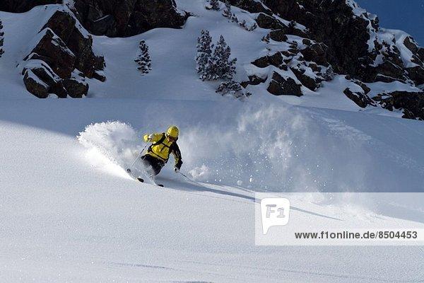 Mann beim Skifahren in Kuhtai  Tirol  Österreich
