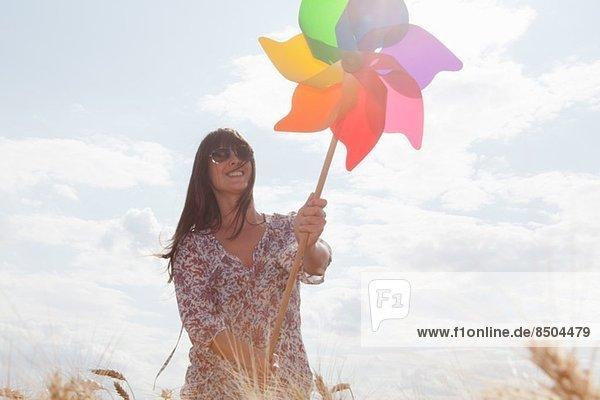 Mittlere erwachsene Frau mit Windmühle Mittlere erwachsene Frau mit Windmühle