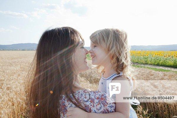 Mutter und Tochter in Weizenfeldumarmung Mutter und Tochter in Weizenfeldumarmung