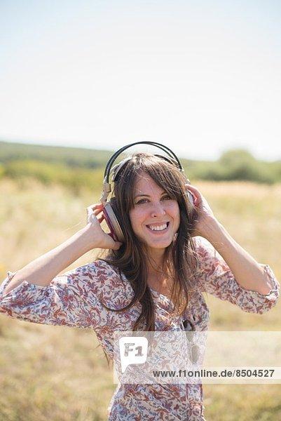 Porträt einer erwachsenen Frau mit Kopfhörer Porträt einer erwachsenen Frau mit Kopfhörer