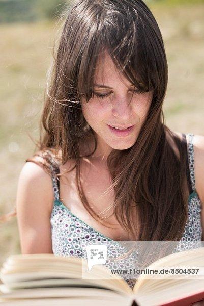 Mittlere erwachsene Frau liest Buch Mittlere erwachsene Frau liest Buch