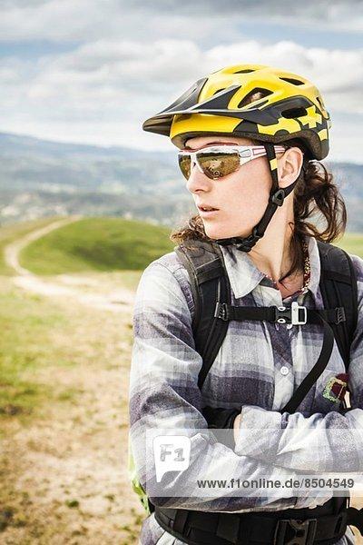 Radfahrer in voller Montur  Monterey County Park  Kalifornien  Vereinigte Staaten von Amerika