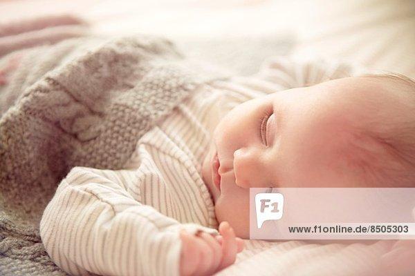 Zwei Monate alter Junge schläft in der Wiege.