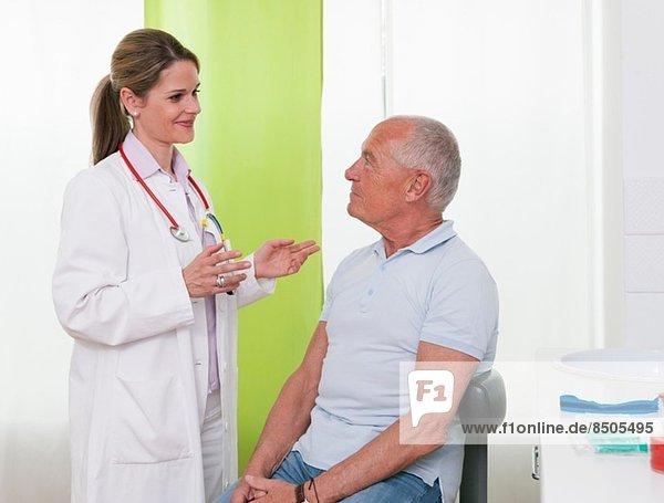 Ärztin im Gespräch mit Senior-Patientin
