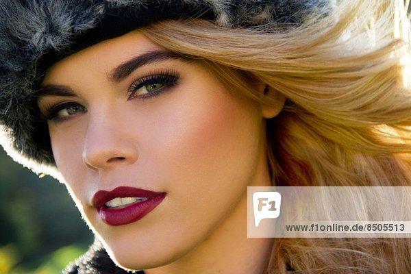 Nahaufnahme Porträt einer jungen Frau mit Pelzmütze