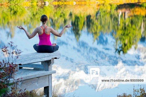 Frau beim Meditieren am See  Bellingham  Washington  USA