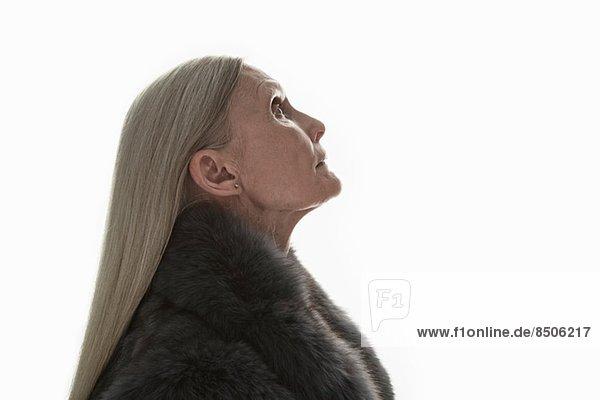 Studioaufnahme einer reifen Frau im Profil