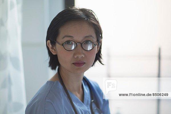 Porträt einer jungen Ärztin in der Praxis