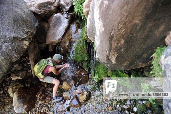 Wanderin trinkt vom Wasserfall  Mount Wilson  Red Rock Canyon  Nevada  USA