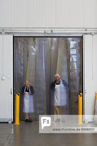 Fabrikarbeiter nach Verladerampe des Distributionslagers