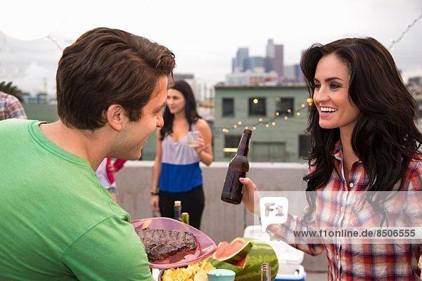 Junges Paar flirtet beim Grillen