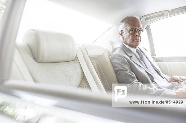 sitzend  Europäer  Geschäftsmann  Auto