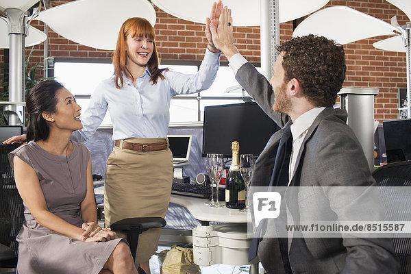 Geschäft Leute hohe Fiving im Büro