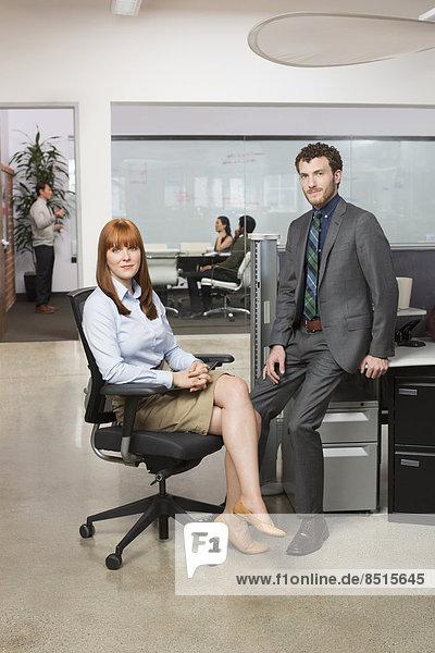 Geschäftsleute lächelnd in office