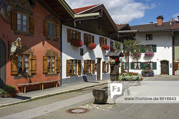 Springbrunnen Brunnen Fontäne Fontänen Produktion Museum Holz schnitzen Bayern Zierbrunnen Brunnen Deutschland Mittenwald Oberbayern Geige Werdenfelser Land