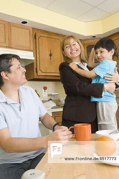 umarmen  Sohn  Hispanier  Küche  Mutter - Mensch