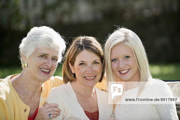 Außenaufnahme  Europäer  Frau  lächeln  3  Generation  freie Natur