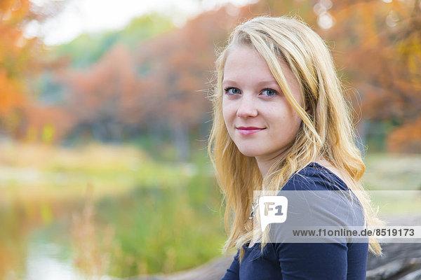 USA  Texas  Lächelndes blondes Teenagermädchen  Portrait