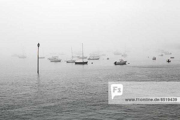 Frankreich  Bretagne  Saint-Malo  Hafen im Nebel