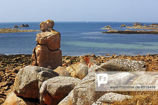 Frankreich  Bretagne  Plougrescant  Felsformationen an der Küste