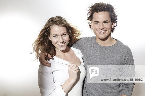 Porträt eines glücklichen jungen Paares  Studioaufnahme