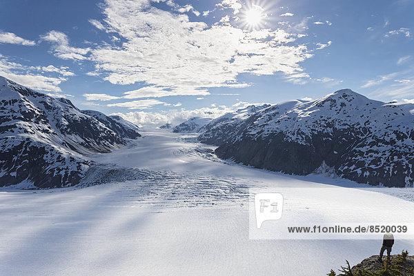 Grenzregion Alaska-British Columbia  Mann schaut auf Lachsgletscher
