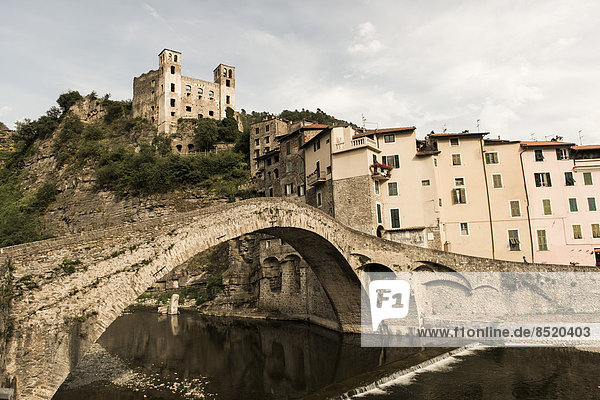 Italien  Ligurien  Dolceaqua  Schloss Castello dei doria und Brücke