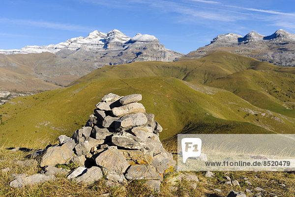 Spanien  Aragonien  Zentralpyrenäen  Canon de Anisclo  Ordesa y Monte Perdida Nationalpark  Cairn und Las Tres Marias im Hintergrund