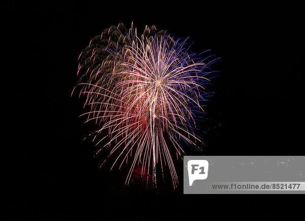 Buntes Feuerwerk am schwarzen Himmel