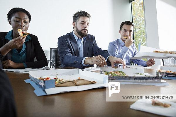 Deutschland  Neuss  Geschäftsleute essen Pizza
