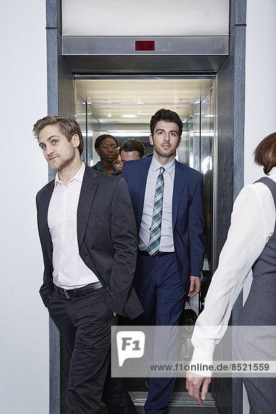 Deutschland  Neuss  Geschäftsleute beim Aussteigen aus dem Fahrstuhl