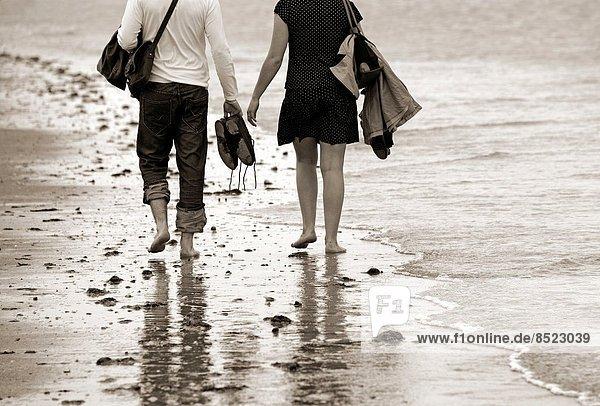 Frankreich  Küste  barfüßig  jung  Calvados  Atlantischer Ozean  Atlantik  Honfleur  Normandie  Sandstrand