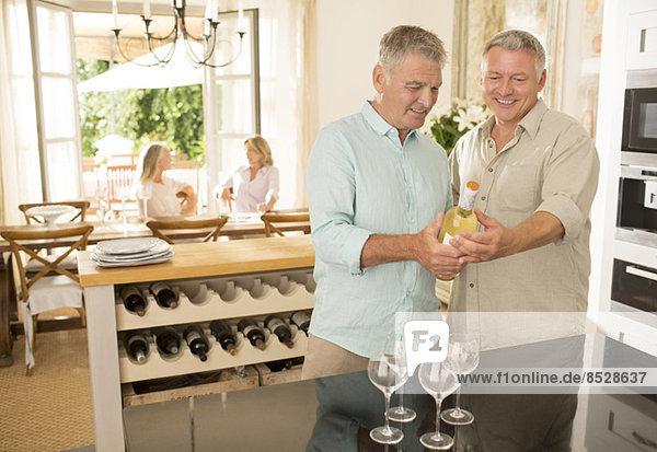 Senior me Blick auf Weinflasche in der Küche