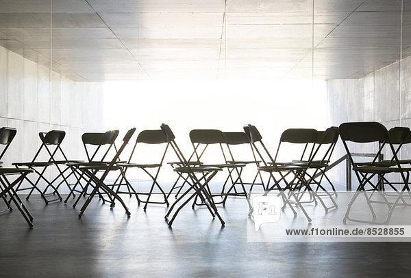 Leere Stühle im Büro