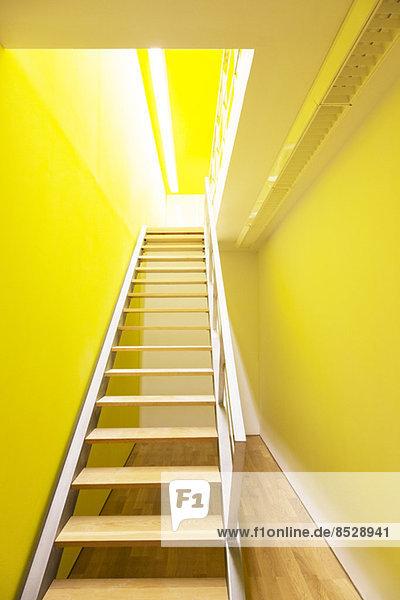 Treppe zum hellen Raum