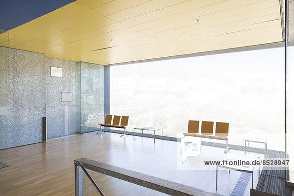 Stühle am Fenster in der leeren Lobby