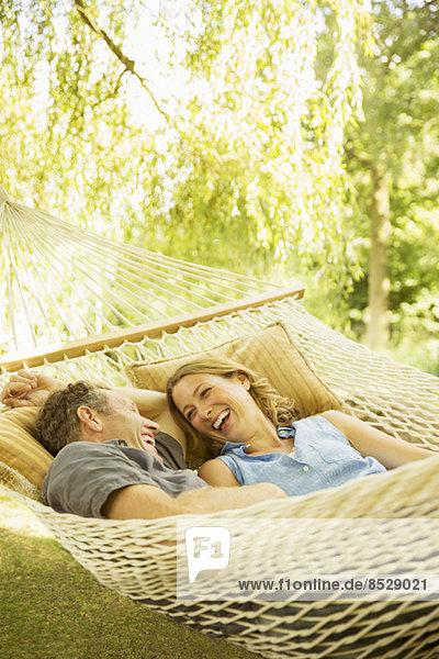 Paar Entspannung in der Hängematte im Freien