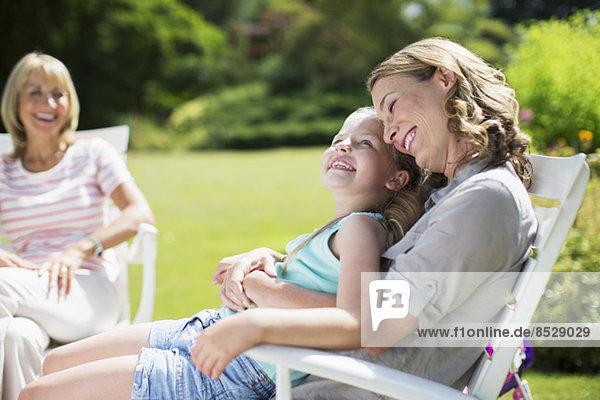 Mutter und Tochter entspannen sich im Garten