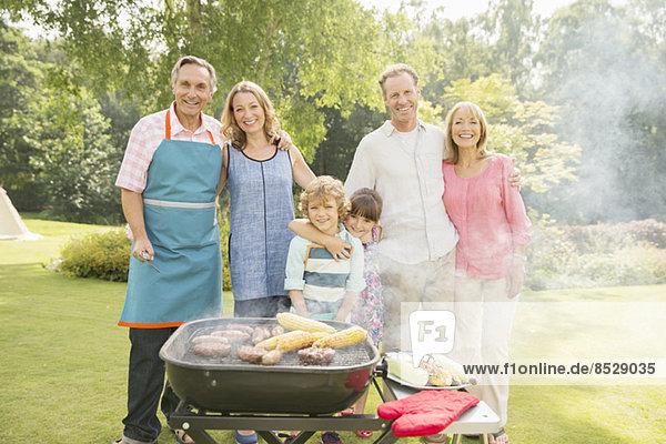 Mehrgenerationen-Familie beim Grillen im Hinterhof