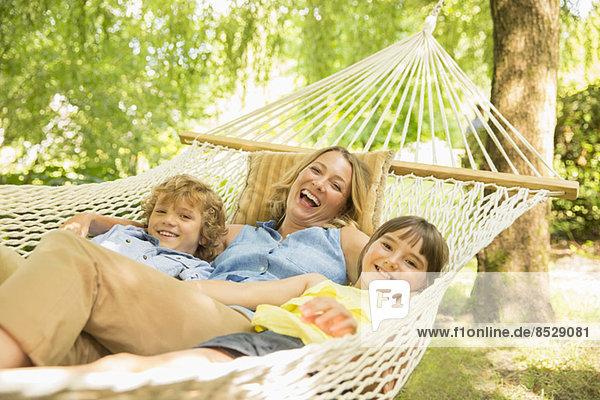 Mutter und Kinder entspannen sich in der Hängematte