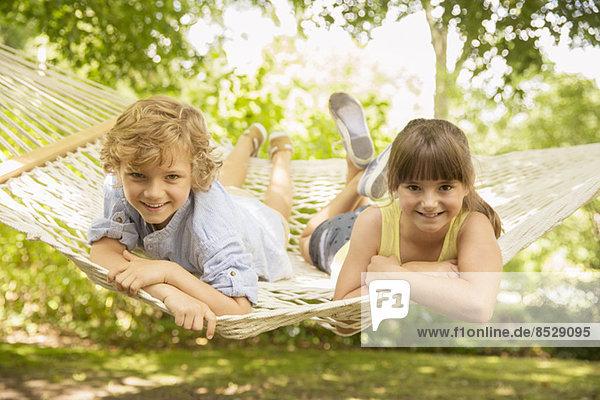 Kinder entspannen gemeinsam in der Hängematte