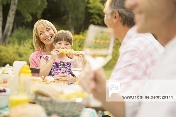 Familienessen am Tisch im Hinterhof