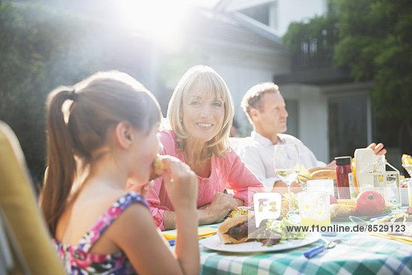 Familienessen am Terrassentisch