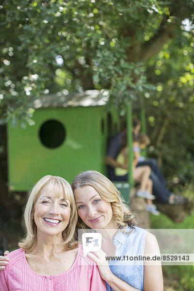 Mutter und Tochter lächeln im Freien