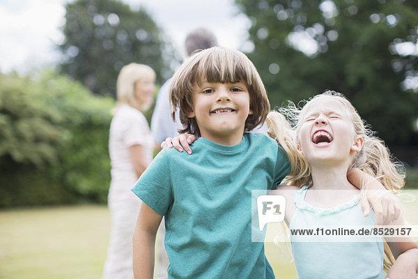 Kinder beim gemeinsamen Spielen im Freien