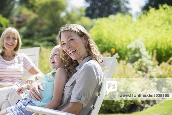 Mehrgenerationen-Frauen lachen im Hinterhof