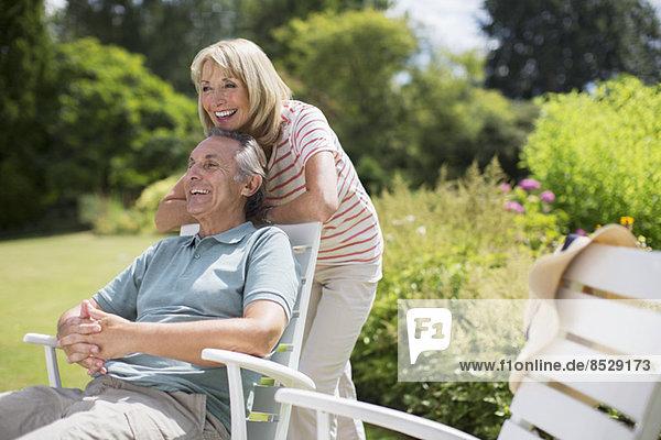Seniorenpaar entspannt im Garten