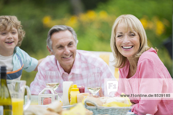 Familie beim gemeinsamen Essen im Freien